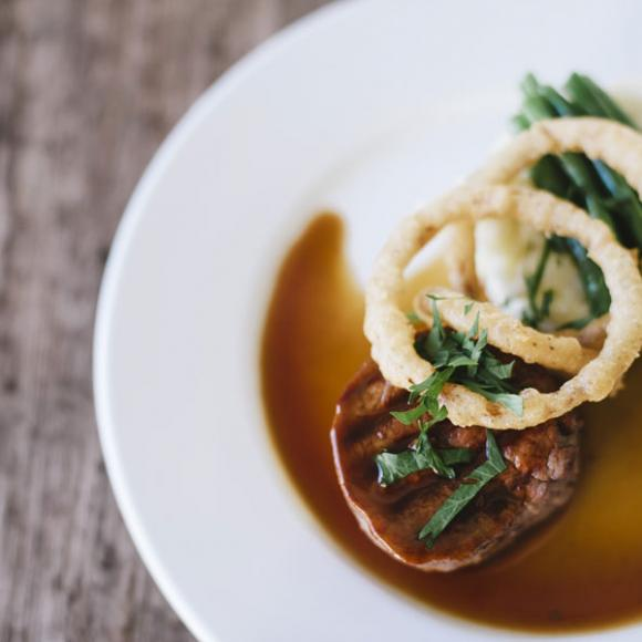 / Beef tenderloin with potato and jerusalem artichoke mash, green beans, crunchy tempura onion rings and jus