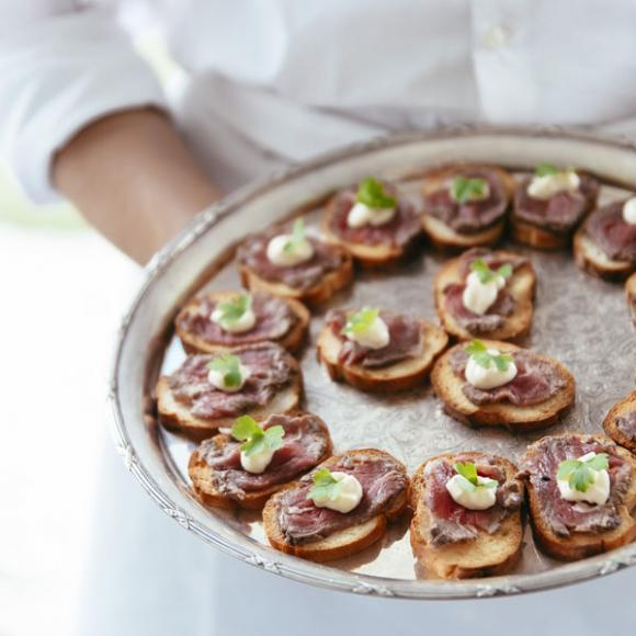 / Pepper crusted beef carpaccio with horseradish cream on grilled crostini